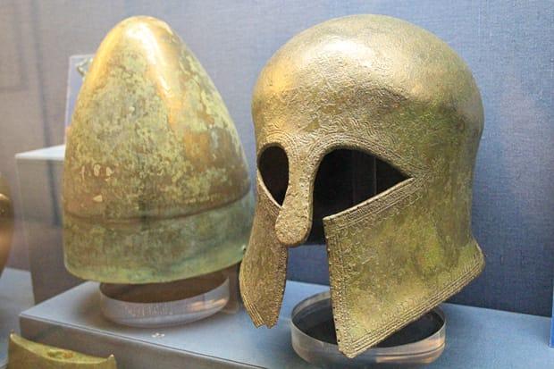 Atene-Museo-Benaki - Caschi-di-bronzo-degli-Illiri-e-dei-Corinzi
